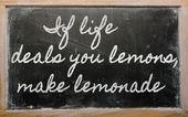 Ausdruck - wenn Leben Sie Zitronen, machen Limonade - geschrieben o Angebote — Stockfoto
