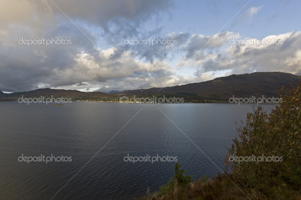 Lake in the highlands with clouds and mountains — Stock Photo #8301337
