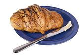 Croissant på blå skålen — Stockfoto