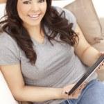szczęśliwy hiszpanin kobieta w domu przy użyciu komputera typu tablet — Zdjęcie stockowe
