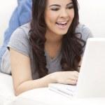 szczęśliwy hiszpanin kobieta przy użyciu komputera przenośnego — Zdjęcie stockowe