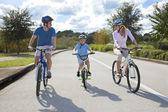 Jeunes parents familles et fils garçon cyclisme — Photo