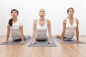 Grupo interracial de tres hermosas mujeres en posición de yoga — Foto de Stock