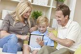 Jeunes Parents familles & Boy fils à l'aide de la tablette tactile — Photo