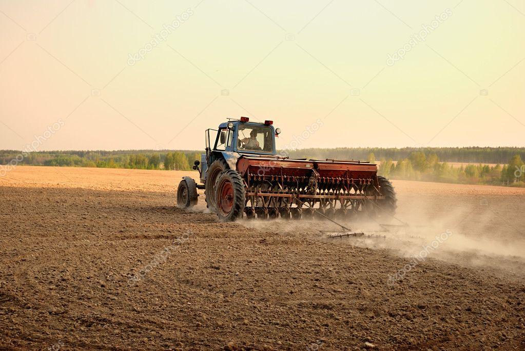Labourer la terre travaux agricoles photo 7976405 - Labourer la terre ...
