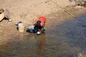 Vrouwen door de rivier — Stockfoto