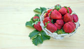 Organic strawberries in a bowl — 图库照片