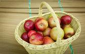 Panier rempli de pommes mûres — Photo
