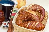 Rohlíky, marmeláda a hrnek mléka — Stock fotografie