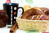 Broodjes, jam en kopje melk — Stockfoto
