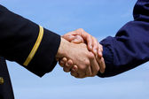 Handshaking pilot and airplane mechanic — Stock Photo