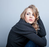 A beautiful young woman grieves — Stock Photo