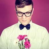 Verlegen man met een boeket van bloemen — Stockfoto