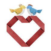 Czerwone serce i papercraft ptak z recyklingu — Zdjęcie stockowe