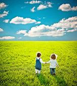 儿童会在夏天字段上 — 图库照片