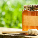 Flowery honey in glass jar — Stock Photo
