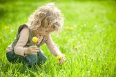 Mooi kind pakt bloemen — Stockfoto