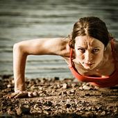 Silna kobieta robi pompek — Zdjęcie stockowe