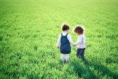 Dzieci w dziedzinie wiosna — Zdjęcie stockowe
