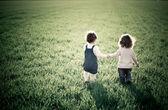Bambini nel campo di primavera — Foto Stock