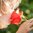 vackra barn med blomma — Stockfoto