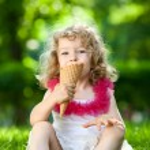 dziecko jedzenie lodów — Zdjęcie stockowe