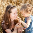 Woman and child in wheat field — Stockfoto