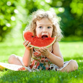 Child having picnic in park — Stok fotoğraf