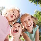 Crianças felizes, se divertindo — Foto Stock