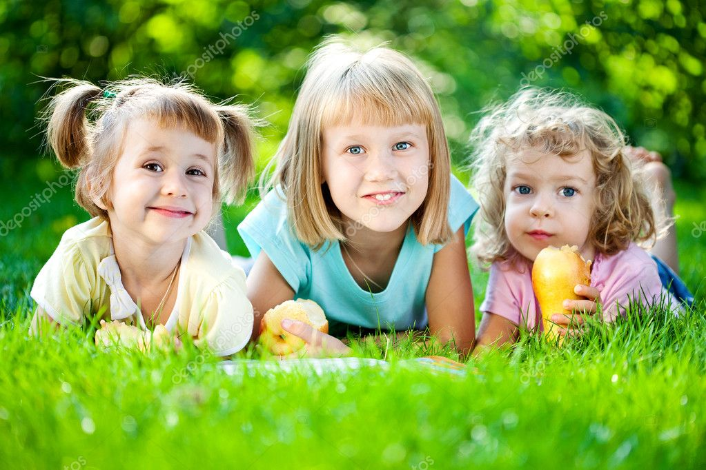 Group of happy smiling children playing outdoors in spring park — Stock Photo #9152184