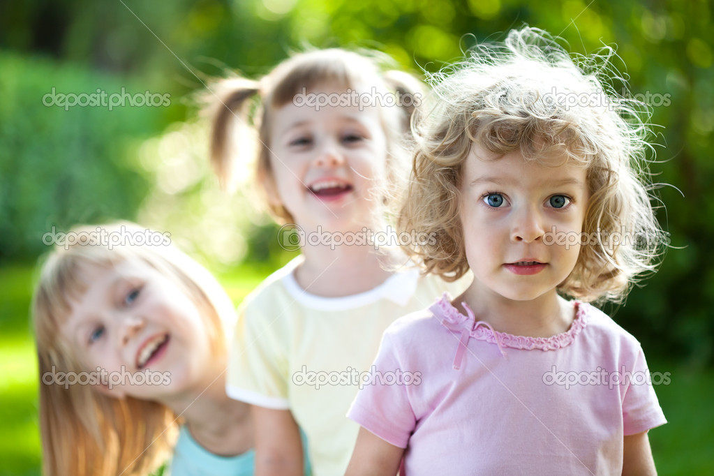 Group of happy smiling friends playing outdoors in spring park — Stock Photo #9152195