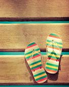 Strand flip-flops auf holz — Stockfoto