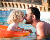 Niño feliz jugando con padre — Foto de Stock