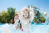 Niño con la madre en piscina — Foto de Stock