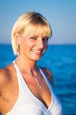 улыбаясь привлекательная девушка на берегу моря — Стоковое фото