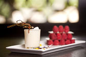 バニラミルクセーキとラズベリー — ストック写真