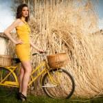 Modella con vestito giallo — Stock Photo #10062636