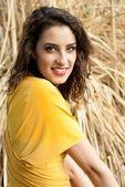 Modella con vestito giallo — Stock Photo