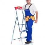 tuttofare o lavoratore pendente contro scaletta — Foto Stock