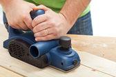 Ręce pracownika budowlane i elektronarzędzia — Zdjęcie stockowe