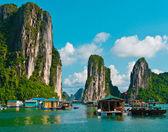 Village flottant de pêcheurs dans la baie d'halong, vietnam — Photo