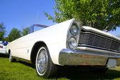 Bílé klasické auto — Stock fotografie