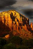 灰色云对红色岩石山 — 图库照片