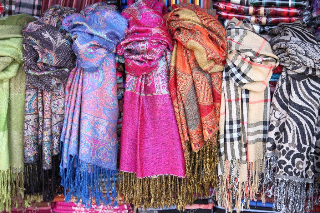 coloridos pauelos colgando en un estante de una tienda de moda u foto de alessandro
