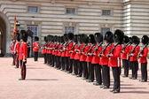 白金汉宫的守卫变化 — 图库照片