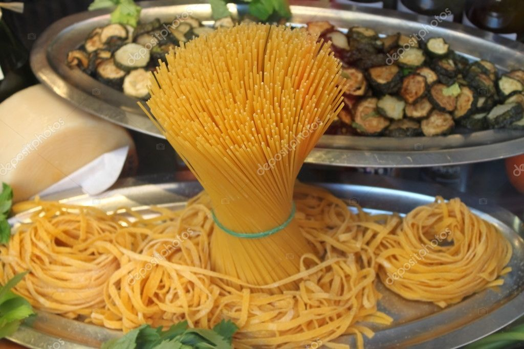 Composition of raw pasta and noodles — Stock Photo #9529319