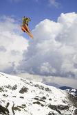 在山上飞的滑雪者 — 图库照片