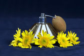 VINTAGE PERFUME SPRAYER WITH YELLOW FLOWERS — Stock Photo