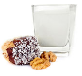 Glass of milk and cookies with nuts — Stock Photo