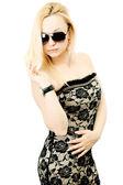 Un portrait d'une belle femme à lunettes de soleil — Photo